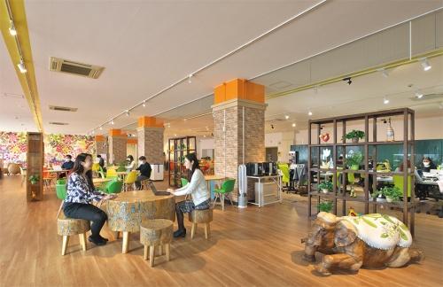 〔写真1〕スーパー跡を改修したオフィス