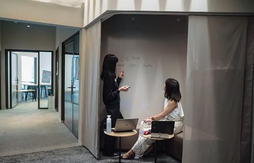 個室を結ぶ迷路のような通路では、たまり場を設けた。CICは欧米で既に展開しており、東京がアジア初進出となる(写真:CIC)