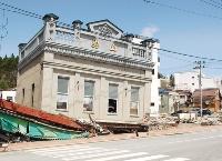 洗い出し仕上げの外壁が特徴だった店舗は、津波で3階部分を残して倒壊した(写真:日経コンストラクション)