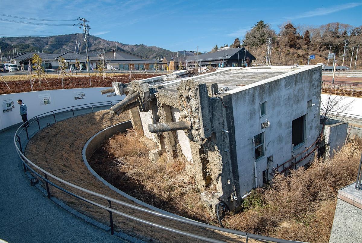 津波で転倒した宮城県女川町の旧女川交番。震災遺構として保存されている。奥に見えるのはシーパルピア女川(写真:村上 昭浩)