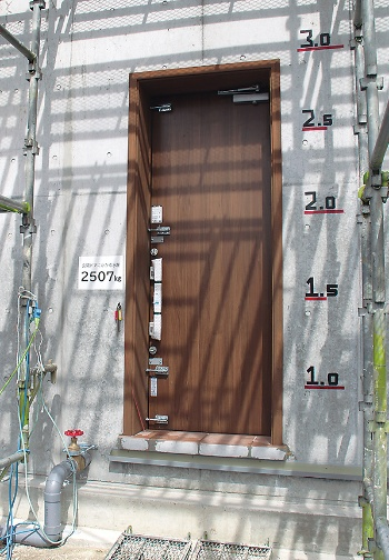 〔写真3〕玄関ドアにかかる水圧が最大に