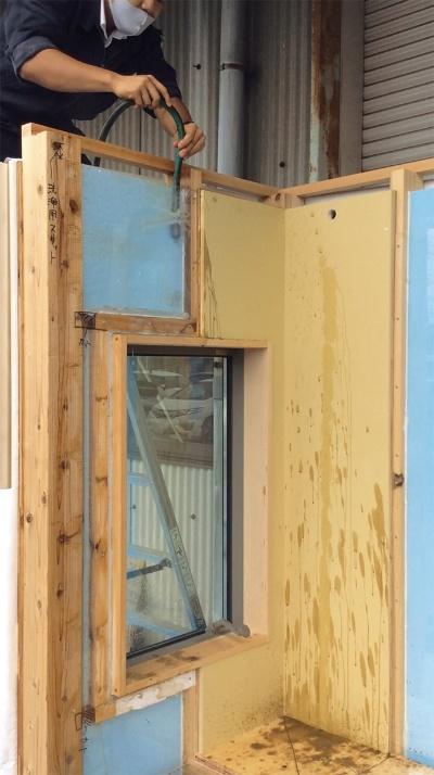 〔写真1〕外壁模型で水の流れ方を確認