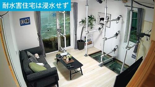 同社の「耐水害住宅」では、独自の一体成型の樹脂サッシと強化ガラスを採用し、浸水を防ぐ(写真:一条工務店)
