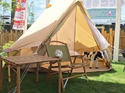 最初に建てた「キャンプできる庭・住宅」仕様のモデルハウスでは、庭に鉄製コンテナを据え、避難所に行かずに済む程度の量の食料などを備蓄する倉庫とした(写真:三承工業)