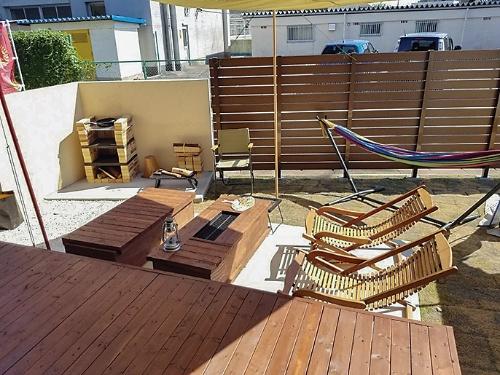 庭には耐火レンガのコンロも設置して、ガスや電気が止まっても屋外で調理できるようにした(写真:三承工業)
