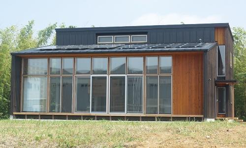 南側外観。10kWの太陽光発電パネルを搭載している。施工はシー・エス・ホーム(千葉市)が手掛けた(写真:スマートソーラー)