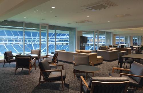 スタジアム4階。ホームスタンド側を除く3方向にVIPエリアを配置し、計2000席を確保した。VIPエリアの運用で収益を上げている欧州のスタジアムにならったものだ。「稼げる施設」のカギとなる(写真:生田 将人・開業時撮影)