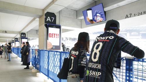 3階コンコース周辺。16年10月、パナソニックから実証実験の提案を受け、コンコースの柱・壁や4階VIPエリアなどにデジタルサイネージ248枚を設置。20年度に実験を終了し、設備を市に寄贈した。現在は、ガンバ大阪が、サッカーファン向けの広告利用はもちろん、イベント時の演出装置として使用する(写真:ガンバ大阪)