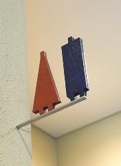 19年に完成した登米懐古館にある左官壁の突き出しサイン。グラフィックチームが設計から関与し、ネジが見えないようにした(写真:隈研吾建築都市設計事務所)