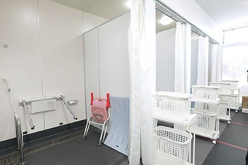 シャワールームも床はフラット。床に座ったままでも扱いやすいキャスター付きワゴンを常設する(写真:都築 雅人)