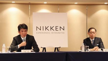 社長交代会見の様子。都市部門出身の大松敦氏(左)が2021年、社長に就いた(写真:日経アーキテクチュア)
