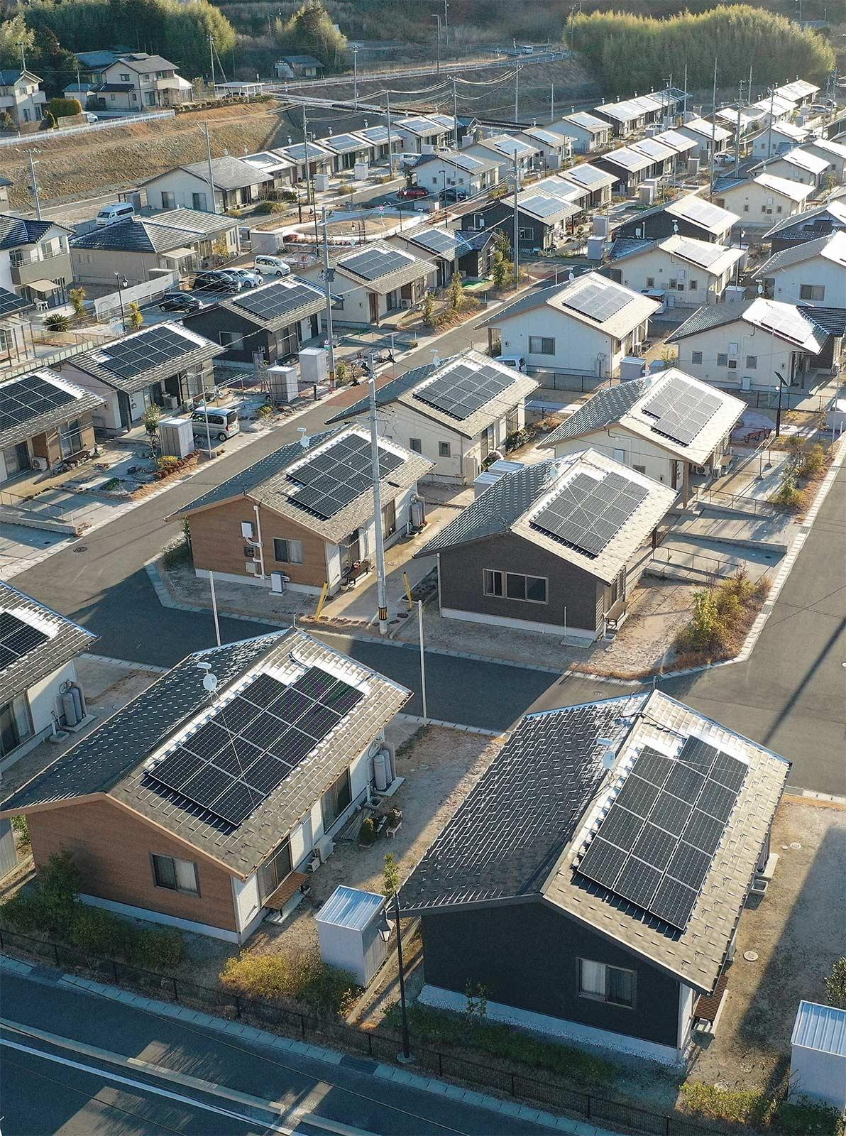 2050年カーボンニュートラル(炭素中立)に向けて、住宅の脱炭素化の取り組みが加速する。写真は福島県内の災害公営住宅。多くの住宅に太陽光発電設備が設置されている(写真:毎日新聞社/アフロ)