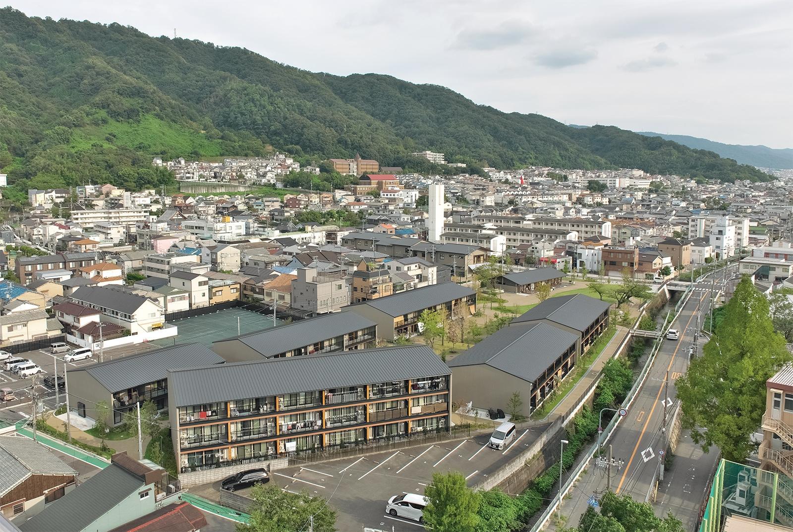 大阪府大東市の旧市営団地建て替え後に生まれた「morineki」(「国内初「PPP建て替え」事業 民賃転換が前提の公営住宅に」参照)。標高314mの飯盛山の裾野に広がるベッドタウンに位置する。市における持続可能なまちづくりの一拠点となる(写真:生田 将人)