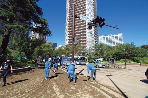 〔写真2〕人気の再開発エリアが泥まみれに