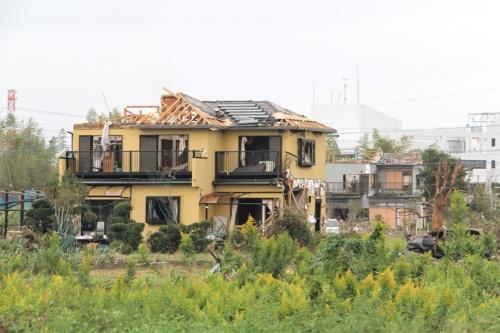 〔写真1〕台風に伴う竜巻で住宅などに甚大な被害