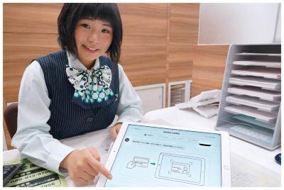 図 タブレットで接客する伊予銀行の店舗カウンター