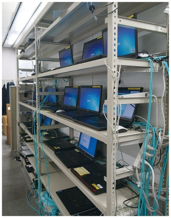 本社のプロジェクト推進室に設置したRPA用パソコン