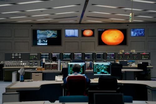 姫路製造所網干工場統合生産センター内のコントロール室。同工場のプラント(下)の運転状況は、ここのモニター計52台により24時間体制で監視