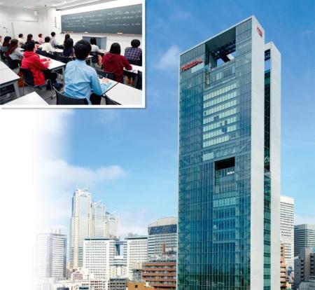 代々木ゼミナールの授業風景(左上)、東京都渋谷区にある本部校「代ゼミタワー」(右)