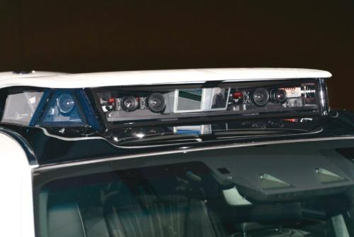 後方の車両は最新の自動運転実験車「TRI-P4」。従来の車両に側方監視用のカメラを左右1個ずつ追加している