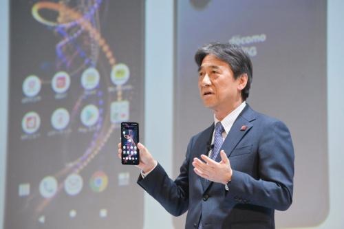 5Gの新料金や新端末を発表するNTTドコモの吉沢和弘社長