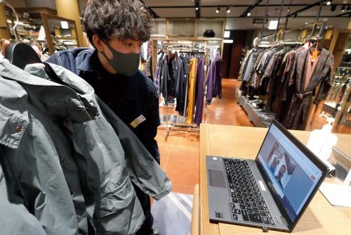 「三越伊勢丹リモートショッピング」では、販売員がチャットやビデオ通話機能を使って顧客とやり取りする(写真:村田 和聡)