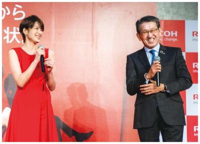 新型複合機を発表するリコーの山下良則社長(右)と女優の吉瀬美智子さん(写真提供:リコー)