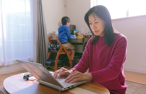 自宅で勤務するキユーピーの従業員(写真提供:キユーピー)