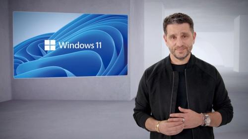 2021年6月24日に開催されたマイクロソフトのオンラインイベントで、同社のCPOを務めるパノス・パネイ氏が午前11時11分(現地時間)に「Windows11」とコールした(写真・画像出所:マイクロソフト)
