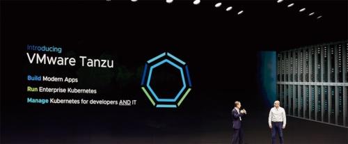 「VMware Tanzu」を発表する米ヴイエムウェアのパット・ゲルシンガーCEO(左)(写真提供:ヴイエムウェア)