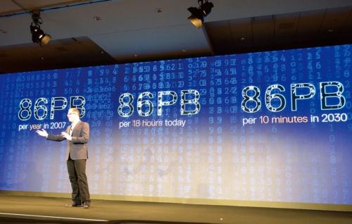 2030年には86ペタバイトのデータが10分間で生成されると予測する