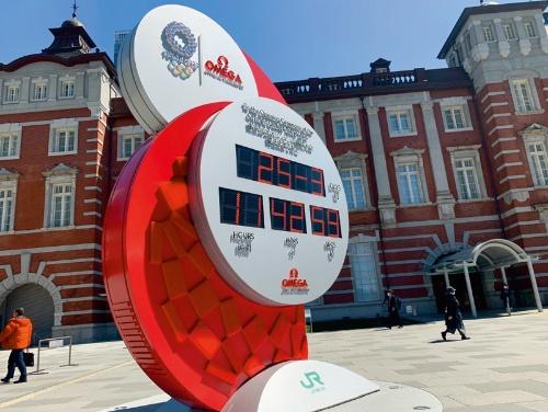 写真 東京五輪開幕をカウントダウンしていた東京駅前の時計