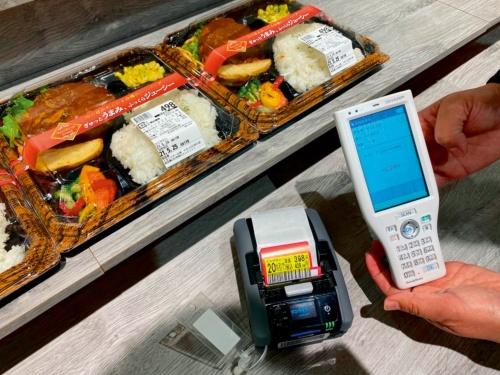 写真 売り切ることができる値引き額を決める「カカクAI」を導入した食品売り場