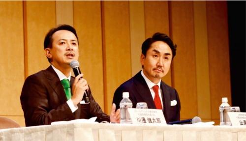 経営統合の狙いを説明するZホールディングスの川辺健太郎社長(左)とLINEの出沢剛社長(写真:村田 和聡)