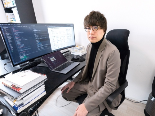 田辺悠介さん、現在は2社のスタートアップで働くほか、メンター(助言者)仲介サービスのMENTAを通じてプログラミングなどを教える(写真:稲垣 純也)