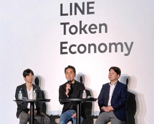 構想を説明するLINEの出沢 剛社長(写真中)