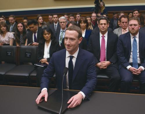 2018年4月に米議会の公聴会で証言するフェイスブックのザッカーバーグCEO