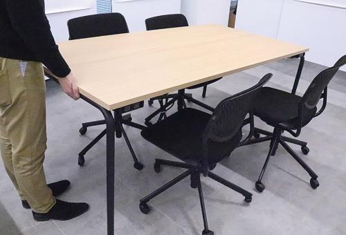 Aflac Agile Baseのテーブル。床と接地する脚の部分にローラーを組み込み、テーブルの片方を持ち上げることでスムーズに移動できる(写真提供:アフラック生命保険)