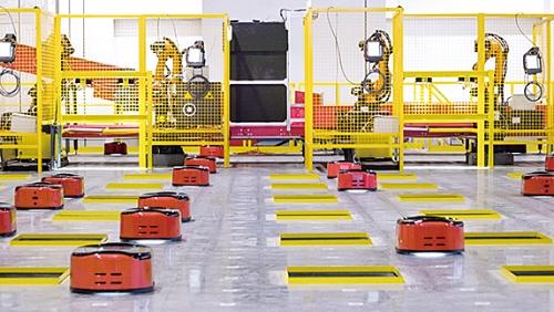 自動搬送ロボットが荷物を仕分け、配送先ごとの仕分けシューターに投入(写真提供:京東集団)