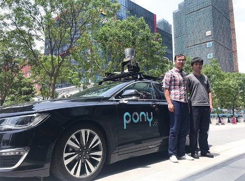 小馬智行の胡聞COO(左)と張寧エンジニアリングディレクター