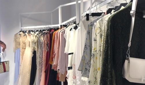 スパンコールをまとうロングドレスなど、中東市場に適したアパレルを製造