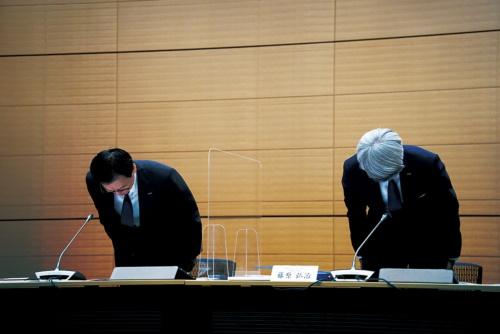 記者会見で謝罪するみずほフィナンシャルグループの坂井辰史社長(左)とみずほ銀行の藤原弘治頭取(右)