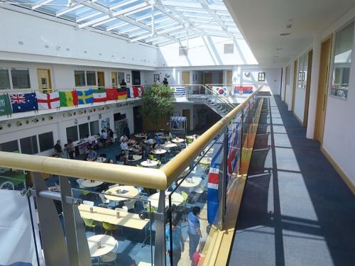 アーム本社は社員用カフェテリアの上の階に役員の部屋があり、出張などで不在の場合はミーティングに使える