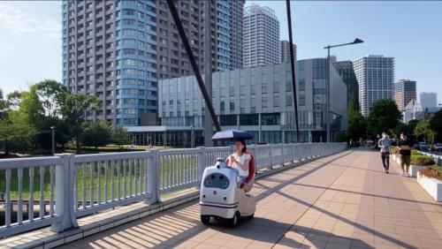ZMPがロボットタウン計画の一環で実施する、東京都中央区での1人乗り自動運転ロボット「RakuRo(ラクロ)」の走行実験(写真提供:ZMP)