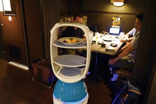 「居酒家 土間土間 赤坂店」が導入したAI配膳ロボット「PEANUT」