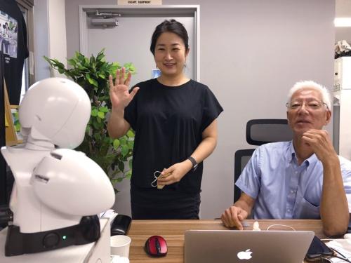 分身ロボット「OriHime」。オリィ研究所のオフィスでは普段からOriHimeを活用し、在宅勤務の社員と出社中の社員がコミュニケーションを取っている(写真提供:オリィ研究所)