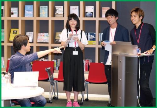 「データを使った問題解決」の課題への取り組み結果を報告する、滋賀大学の学生たち(右の3人)(写真提供:河本薫氏)