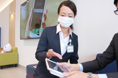 行員がセルフ端末の操作を顧客にアドバイス。埼玉県所沢市に開設した「りそなグループセルフプラザ」(写真提供:りそなホールディングス)