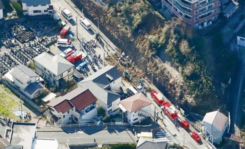 写真1■ 神奈川県逗子市池子2丁目で2020年2月5日に市道脇の斜面が崩れた現場。通行人の女性が巻き込まれて死亡した(写真:共同通信社)