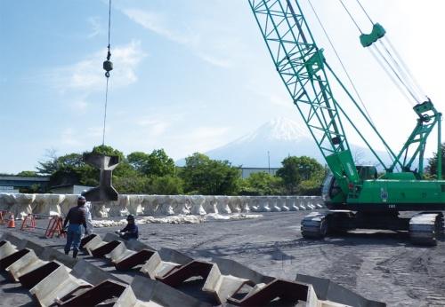 写真1■ 富士山南麓砂防設備工事の現場。ブロックは鋼製型枠から脱型後、シートで包んで養生する。奥には富士山がそびえる(写真:国土交通省富士砂防事務所)